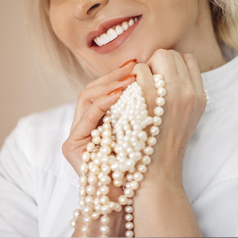женщина с жемчужным ожерельем