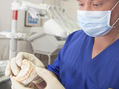 врач с моделью зубов